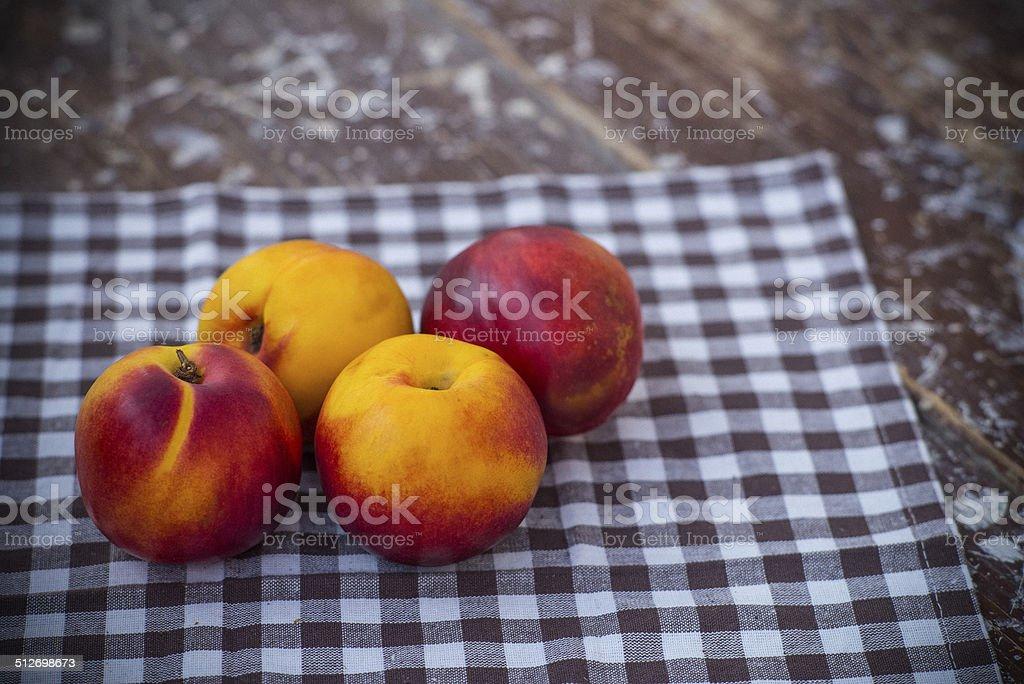 pesche gialle su un tavolo di legno stock photo
