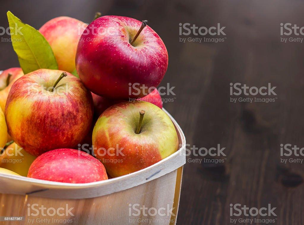 Äpfel im Holzkorb vor Rustikale Hintergrund stock photo