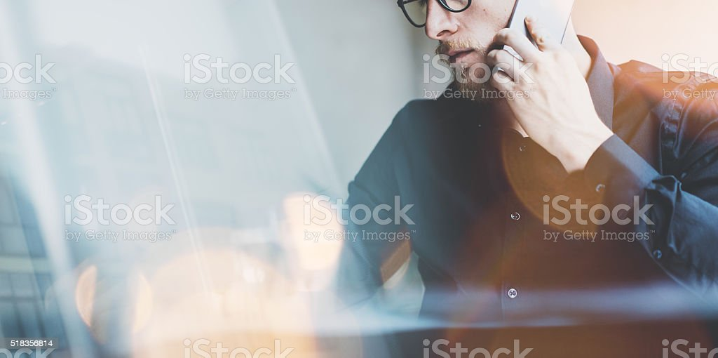 Photo bearded adult hipster working on modern urban cafe. Man stock photo