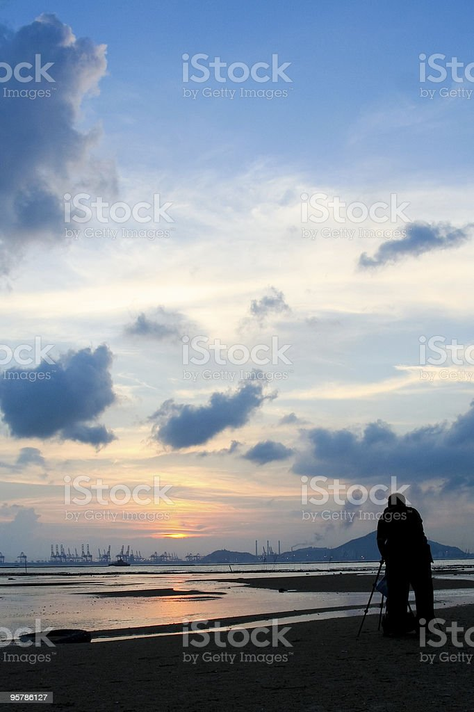 Fotógrafo en puesta de sol foto de stock libre de derechos