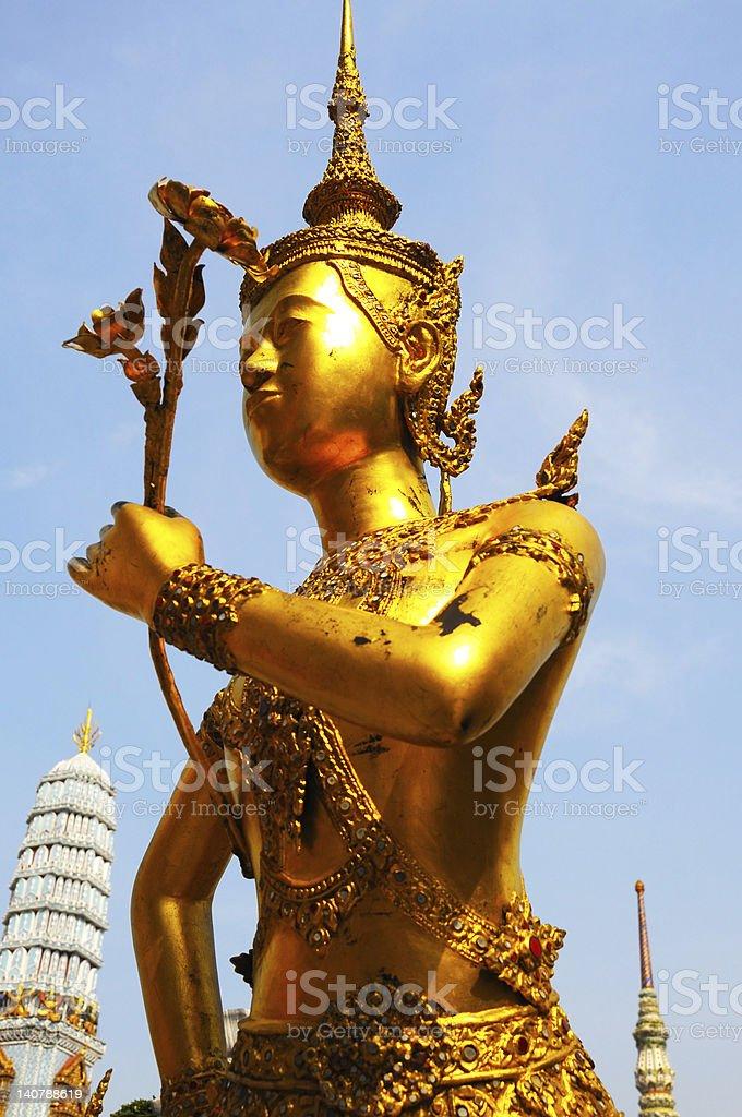 Fizyczne złoty posąg w tajskiej świątyni zbiór zdjęć royalty-free