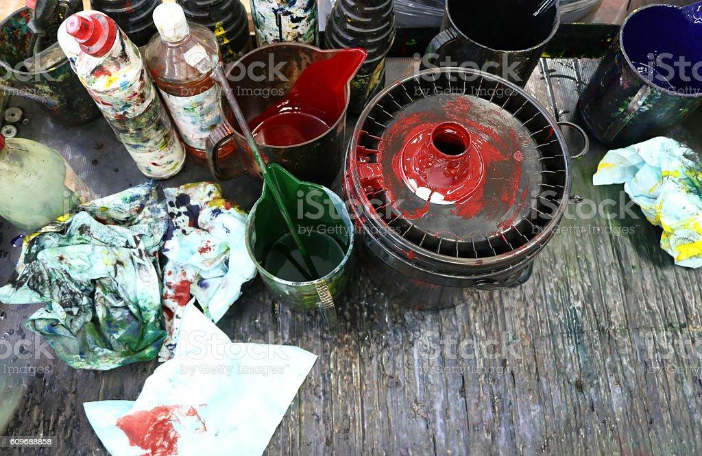 piano di lavoro tipografico con colori in barattolo e stracci stock photo
