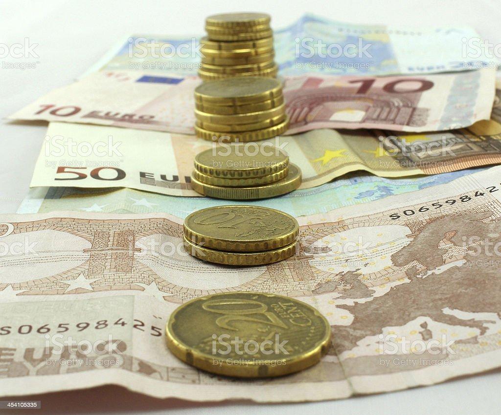 Pi?ces align?es et billets Euros stock photo