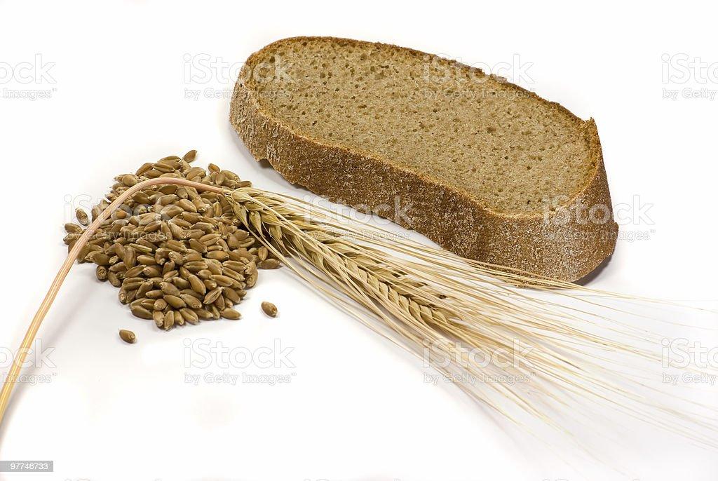 Pedaço de pão fresco, grãos de trigo e Orelha foto de stock royalty-free