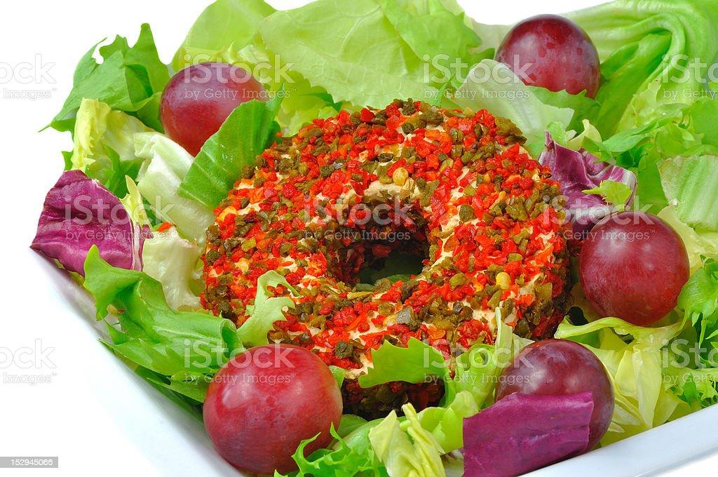Pedaço de queijo em um colorido especiarias em folhas de alface foto royalty-free