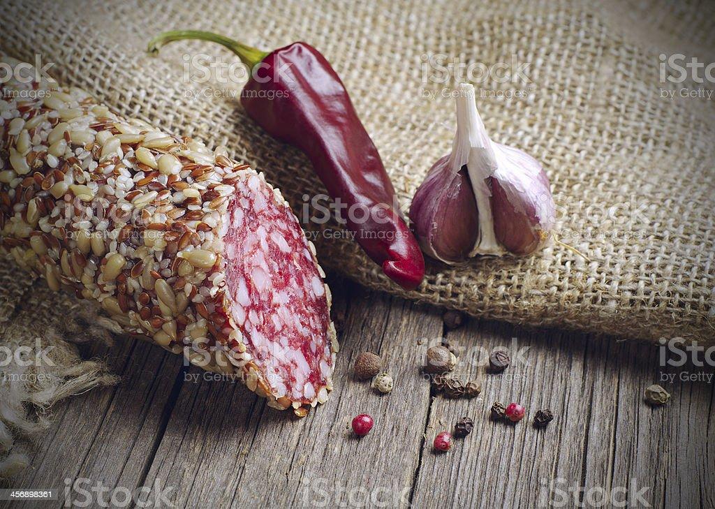 Piezas de salchichas chili y ajo, foto de stock libre de derechos