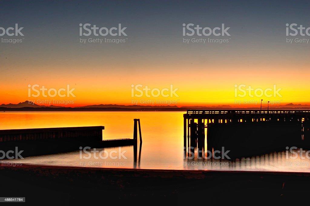 Пирс на рассвете с горный хребет beyond- Пьюджет-Саунд Стоковые фото Стоковая фотография