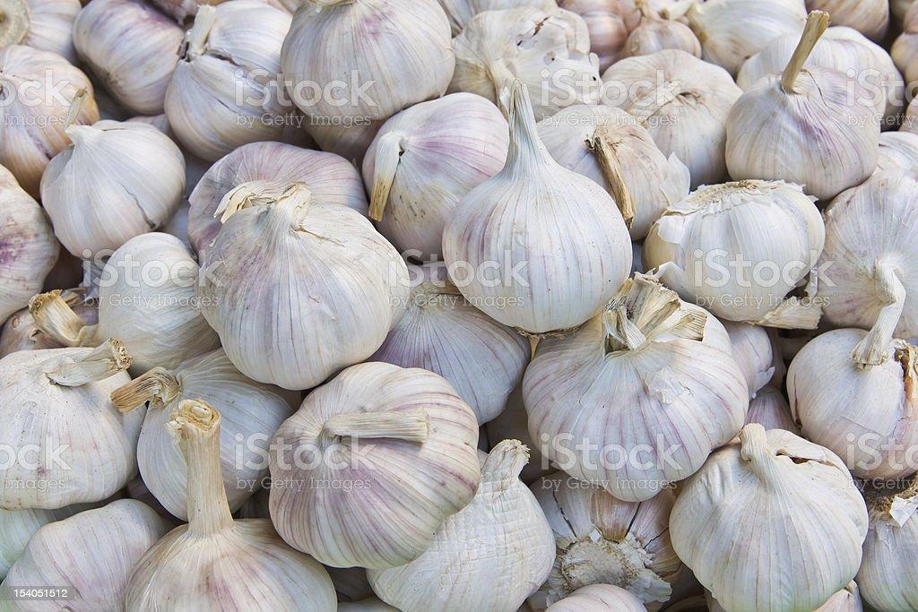 Pila di aglio sul mercato foto stock royalty-free