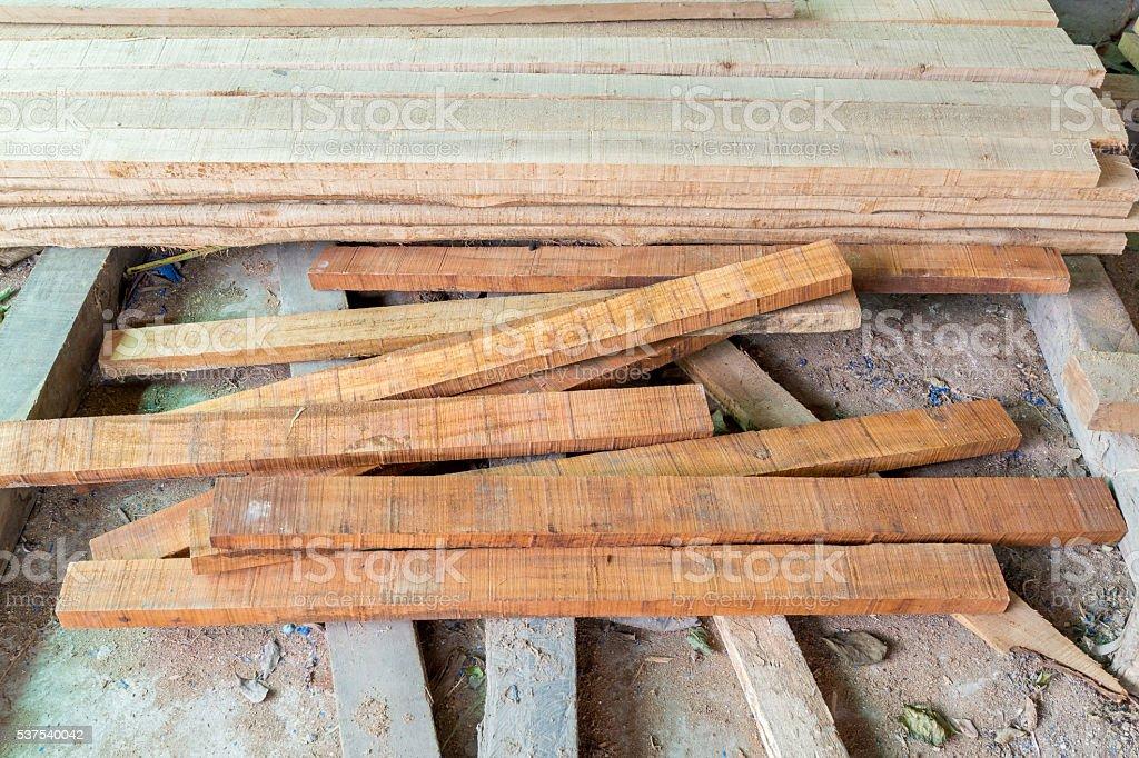 Pile de bois sawn sur le terrain photo libre de droits