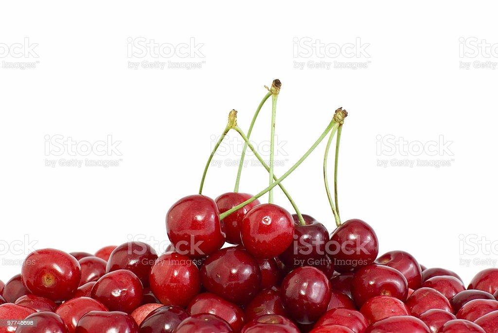 Pilha de cerejas vermelhas com e sem caules foto de stock royalty-free