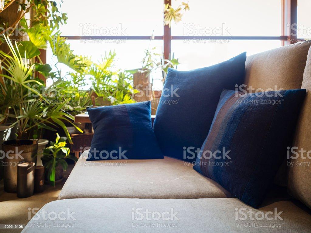 Kissen Auf Sofa Sitzen Im Wohnzimmer Mit Pflanzen Dekoration Lizenzfreies Stock Foto