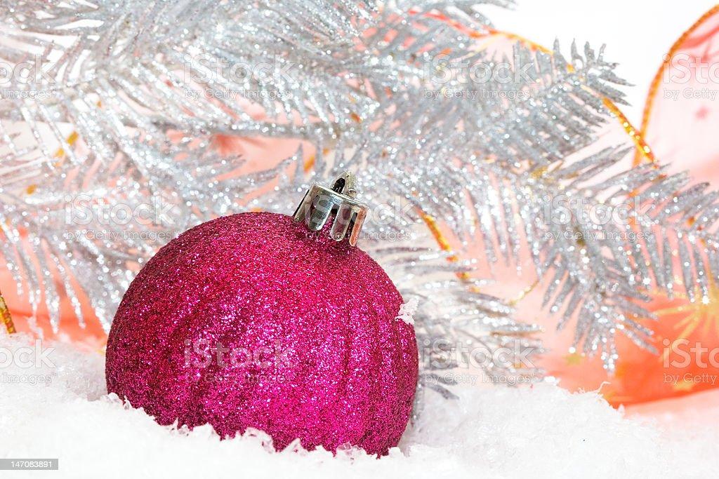 Rosa Bolas de natal em fundo de Neve foto de stock royalty-free