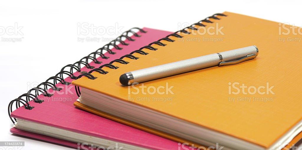 Розовый и оранжевый Примечание книга и Перо Стоковые фото Стоковая фотография