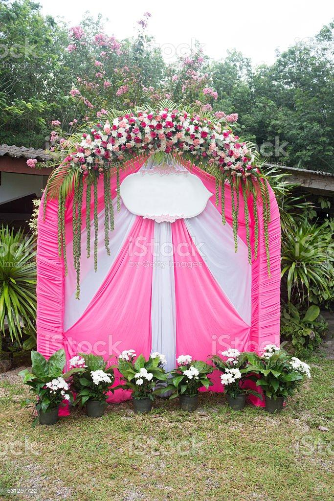 Розовые Свадебные арки цветы в парк для привлечения Свадебная церемония Стоковые фото Стоковая фотография