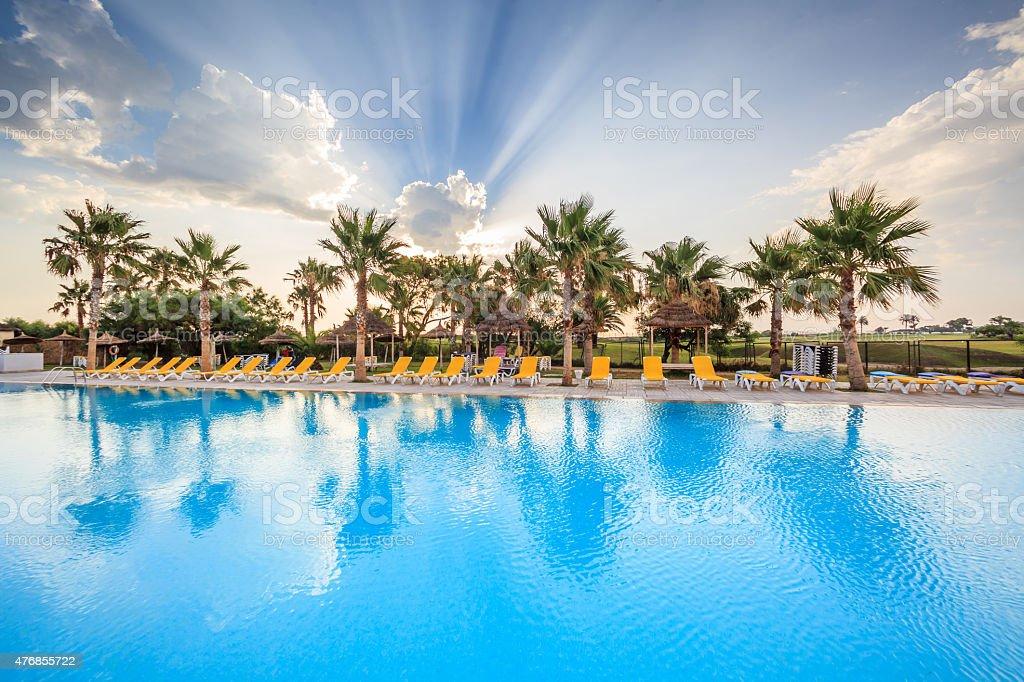 piscine et bains de soleil stock photo