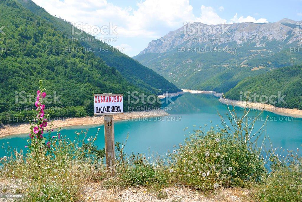 Pivsko jezioro w pobliżu Pluzine, Czarnogóra. zbiór zdjęć royalty-free