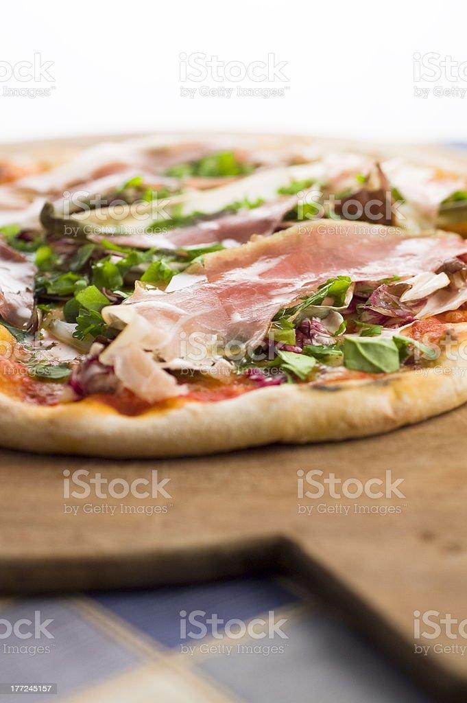 pizza al prosciutto crudo e insalate photo libre de droits