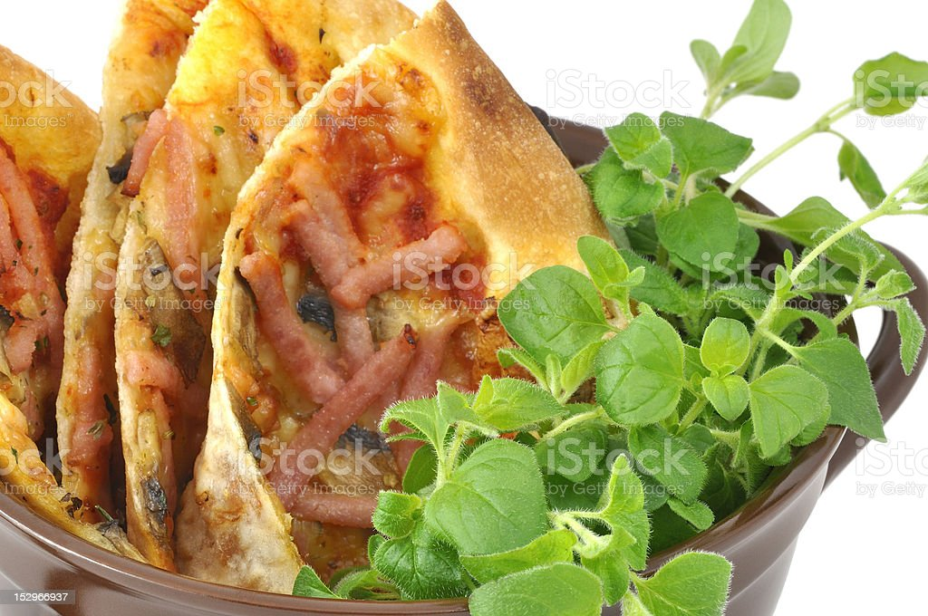 pizza com orégano, servido em uma panela Louça de Barro foto royalty-free