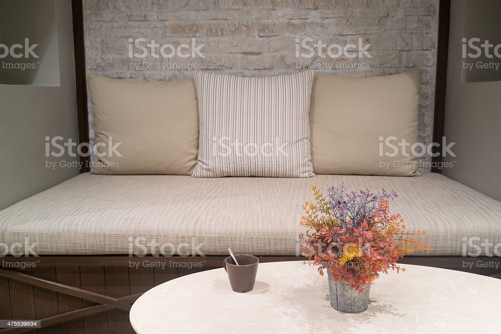 En plastique fleurs sur la table dans la salle de séjour au style britannique photo libre de droits