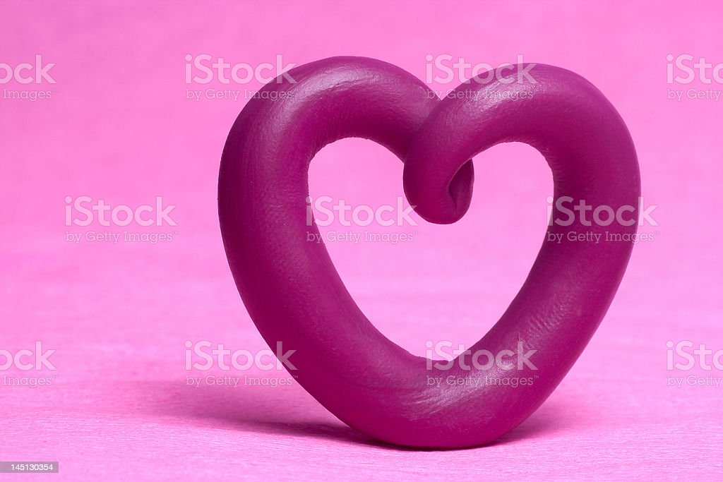 Plasticine coração em um fundo rosa. foto royalty-free