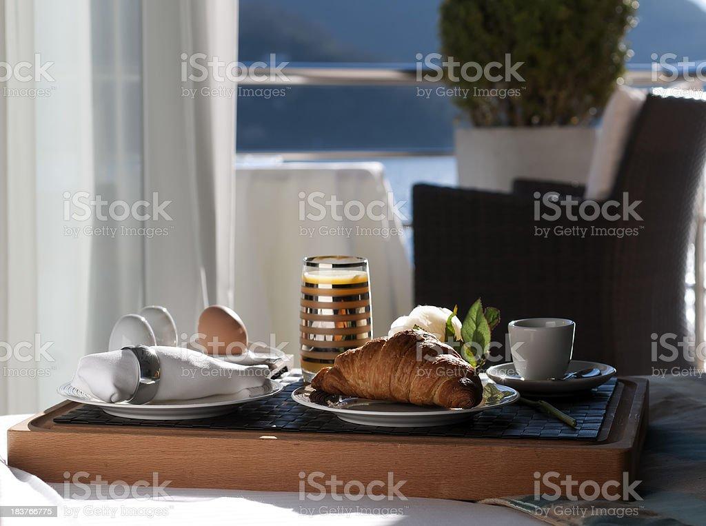 Piatti su un tavolo in hotel con balcone e vista mare foto stock royalty-free