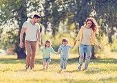 Família divertida a correr juntos.