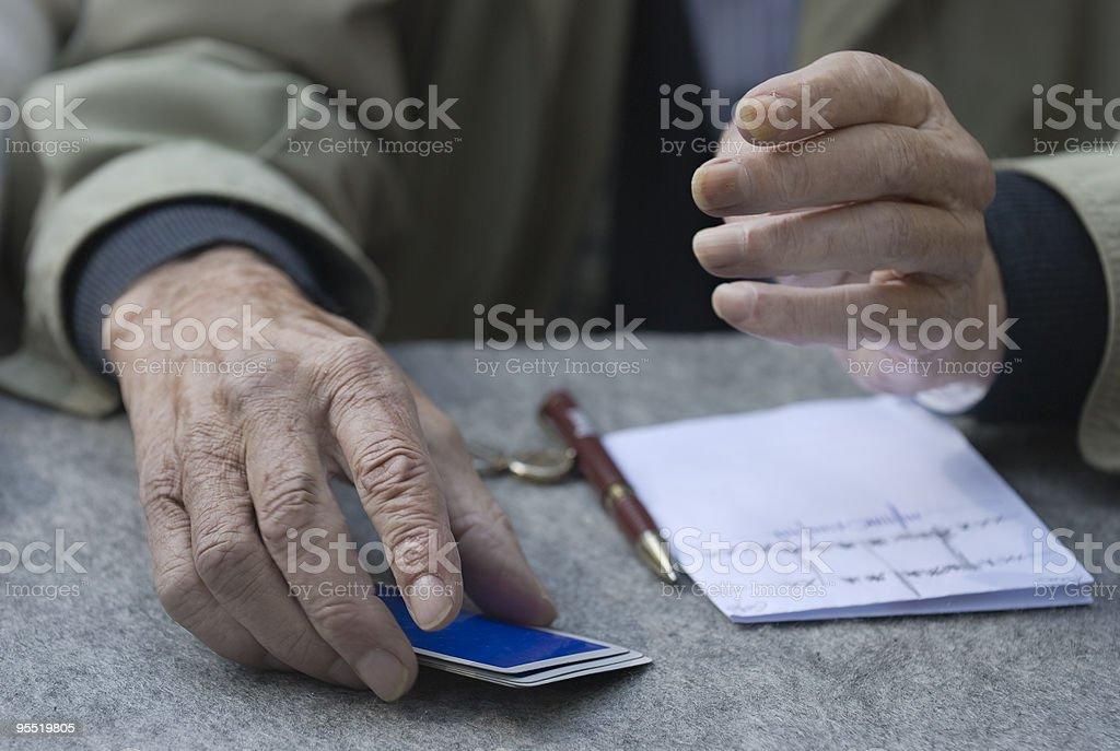 Naipes y pensionista - foto de stock