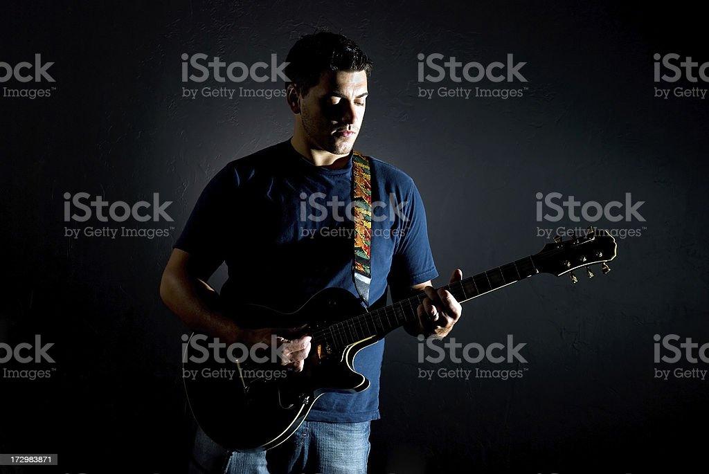 Spielt Gitarre Lizenzfreies stock-foto