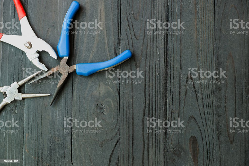 Kneifzange auf Schwarz Holz Lizenzfreies stock-foto