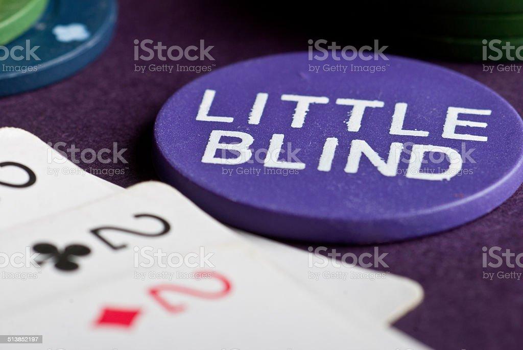Juego de póquer con papas fritas y cartas sobre la mesa foto de stock libre de derechos