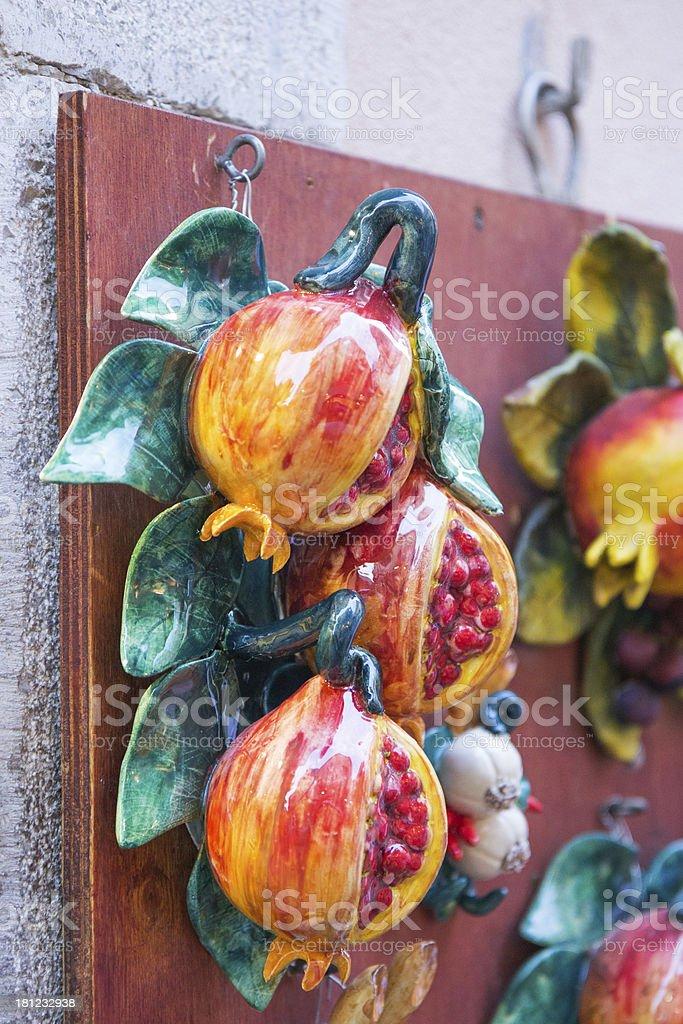 Melagrana dipinti a mano in ceramica foto stock royalty-free