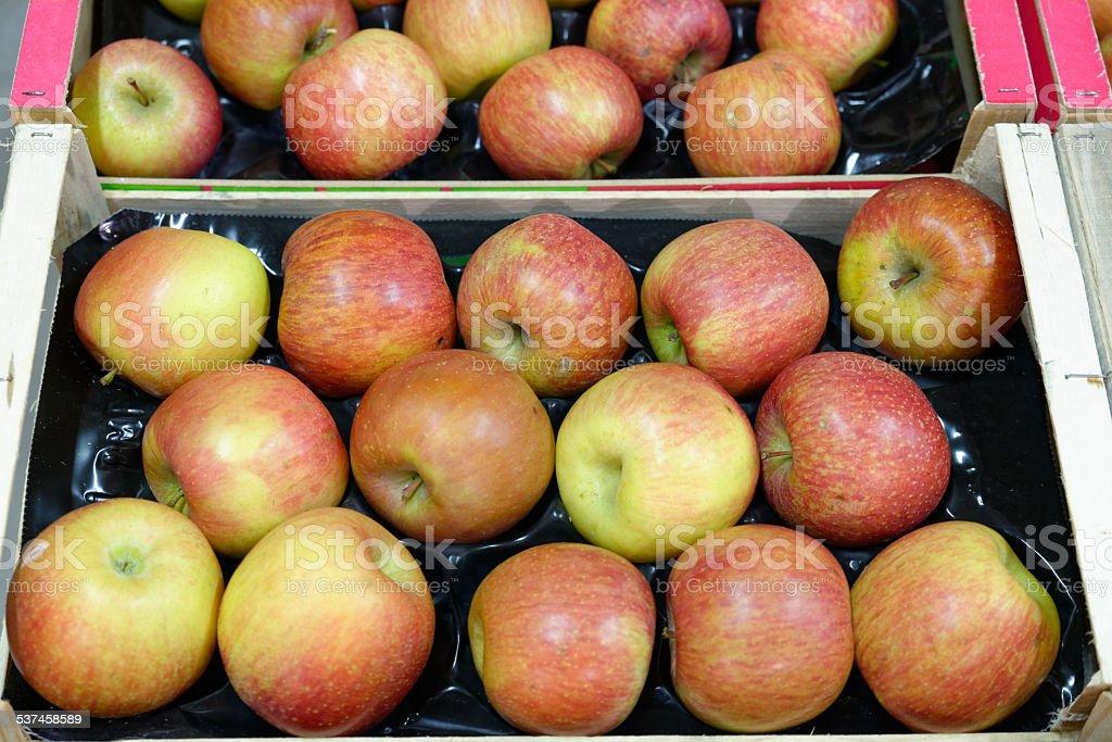 Pomme dans une caisse en bois stock photo
