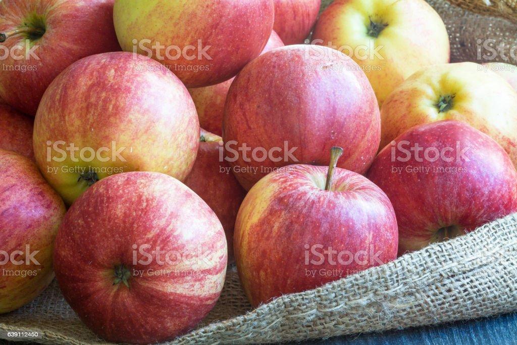 Pommes de couleurs différentes dans un emballage stock photo
