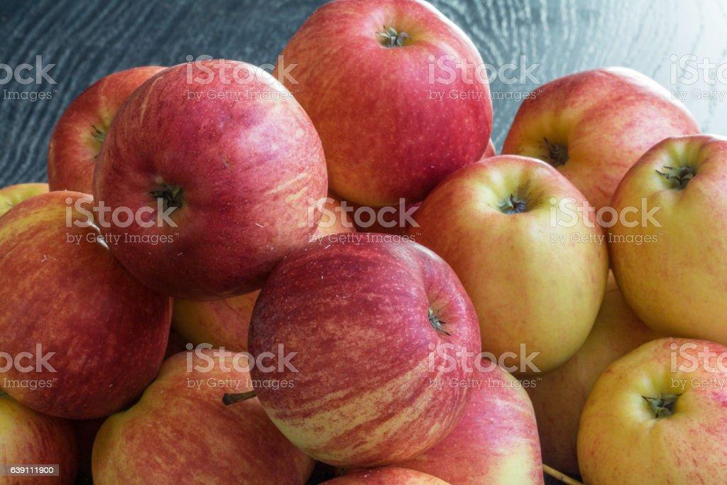 Pommes de couleurs différentes sur fond noir stock photo