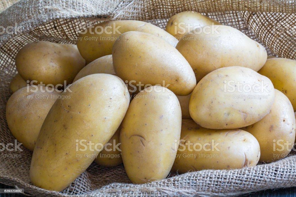 Pommes de terre sur toile de jute stock photo