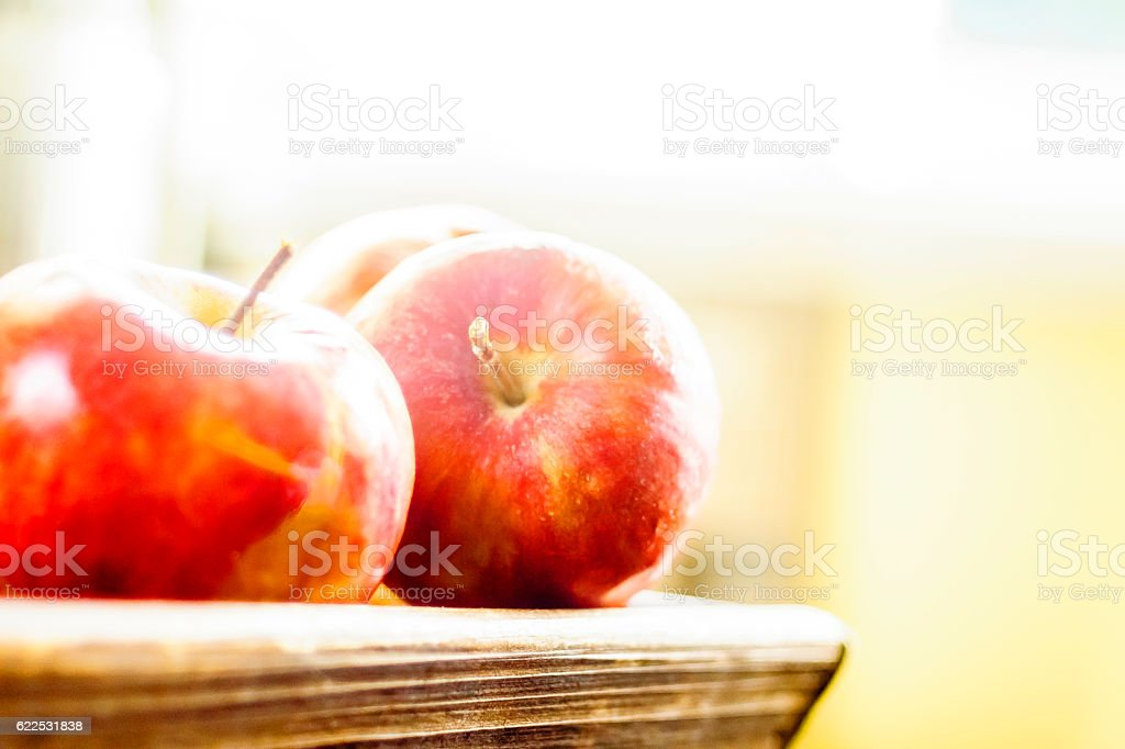 Pommes et panier de bois stock photo