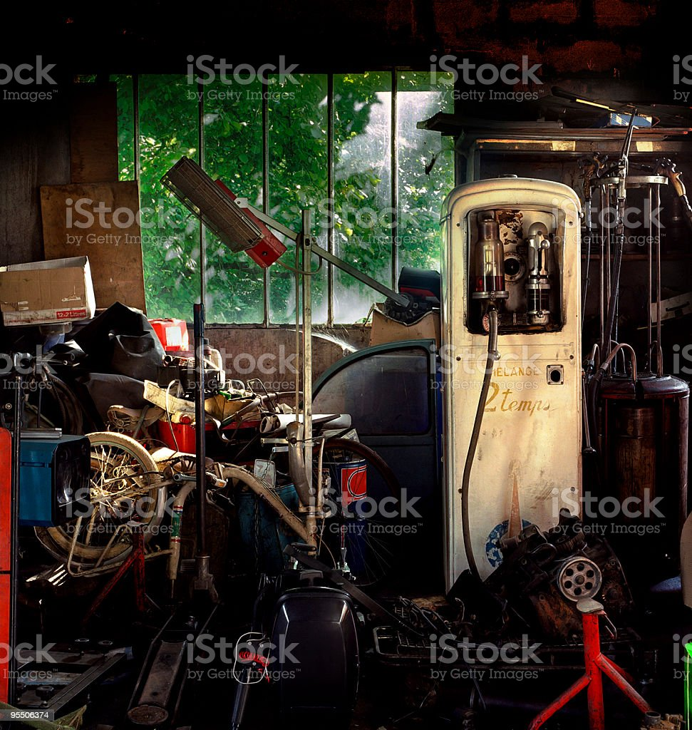 pompe à essence dans la remise royalty-free stock photo