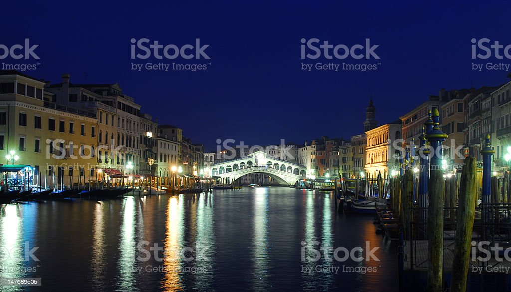 ponte del rialto spanning grand canal at dusk royalty-free stock photo