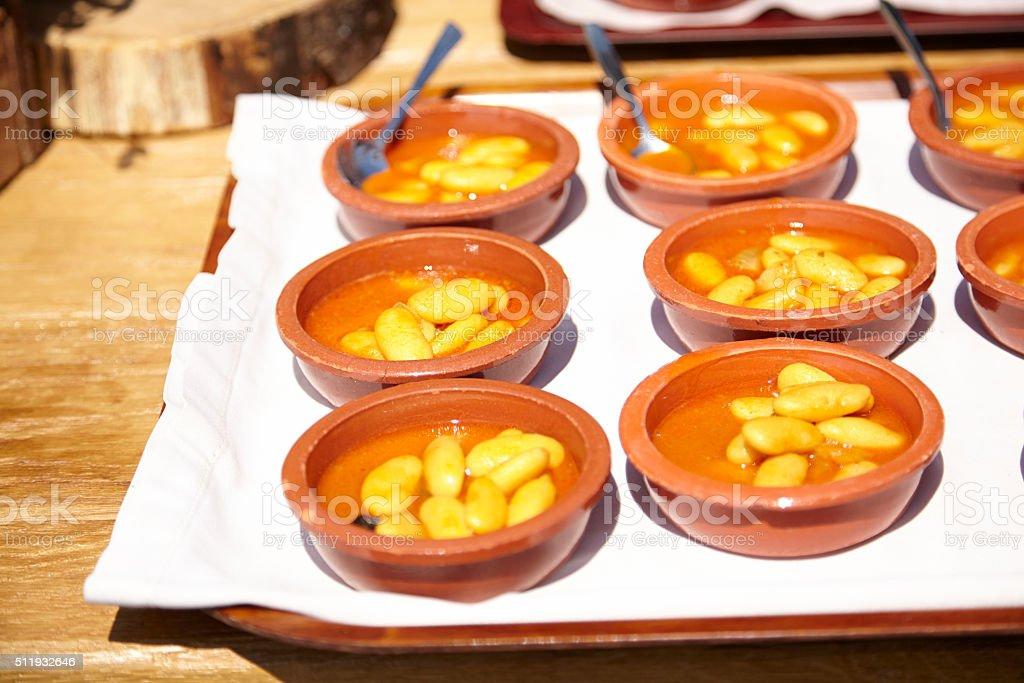 Porciones individuales de fabada asturiana tradicional en banquete nupcial stock photo
