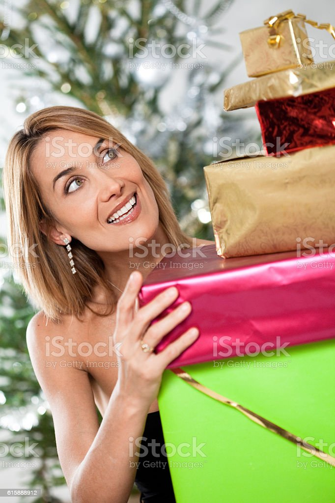 portrait de femme riant avec des cadeaux de Noël stock photo