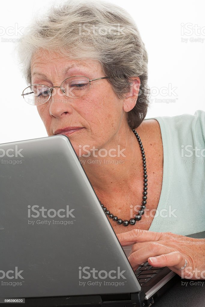 portrait d'une femme sénior sur un ordinateur stock photo