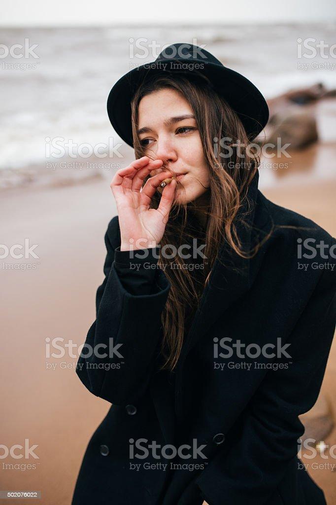 Retrato de una chica con un cigarrillo foto de stock libre de derechos