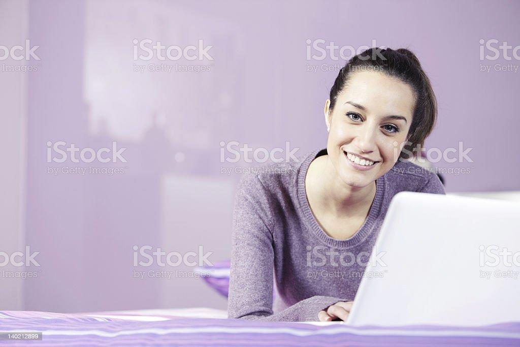 Portrait d'une jeune femme de détente au lit photo libre de droits
