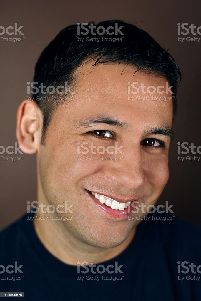 Retrato de un joven hombre hispano foto de stock libre de derechos