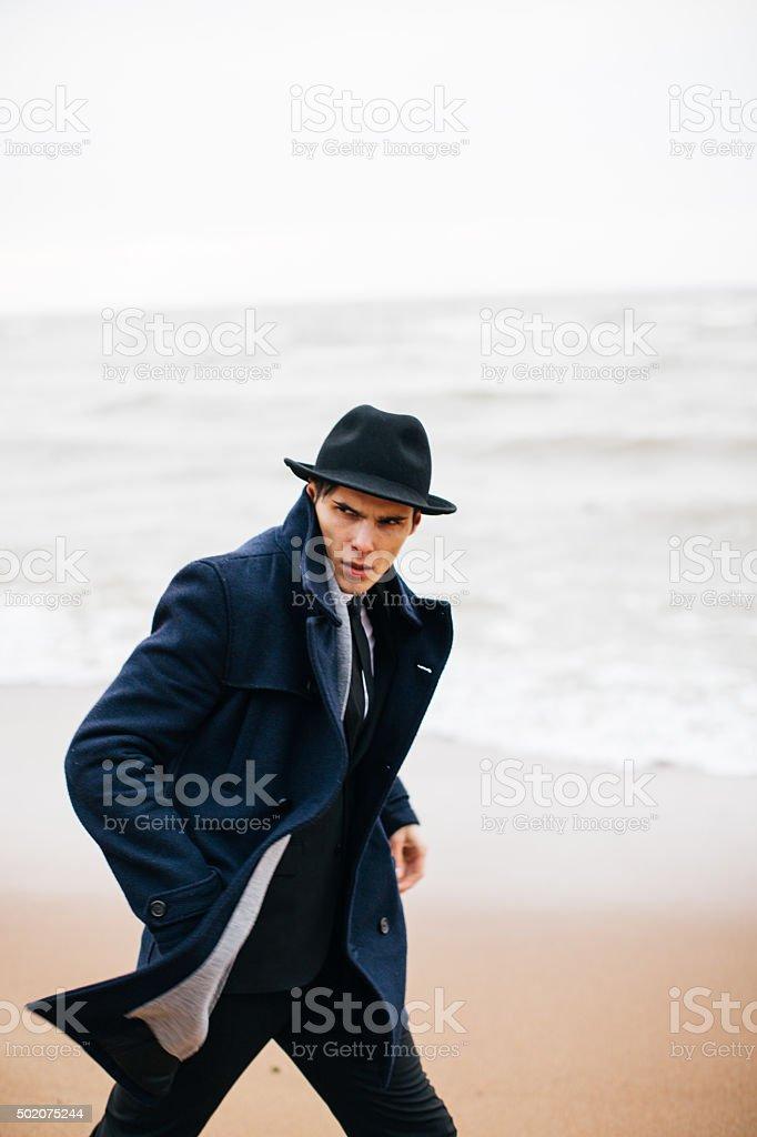 Retrato de un hombre joven con un casco foto de stock libre de derechos