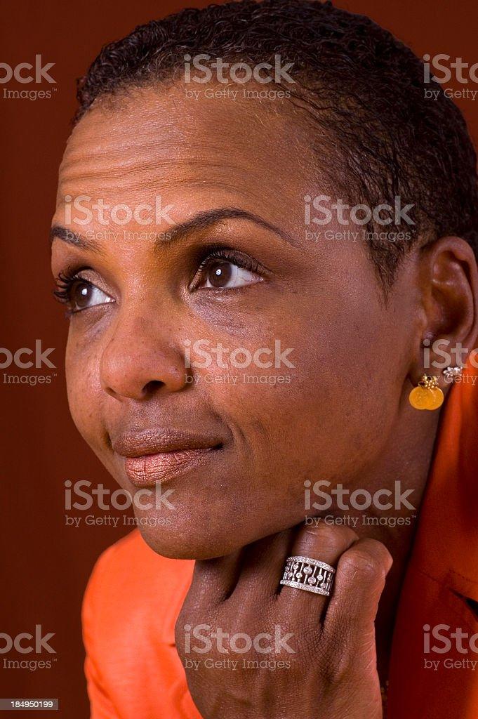 Afro-americana donna con orange guardando a sinistra. foto stock royalty-free