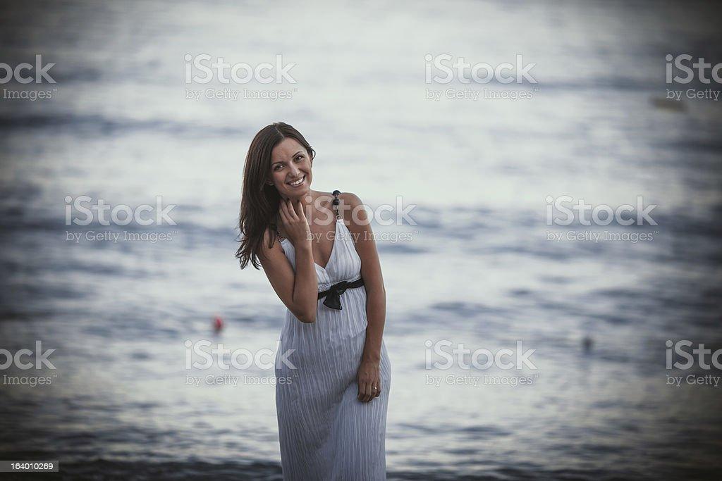 Porträt von Attraktive junge Frau am Meer Hintergrund Lizenzfreies stock-foto