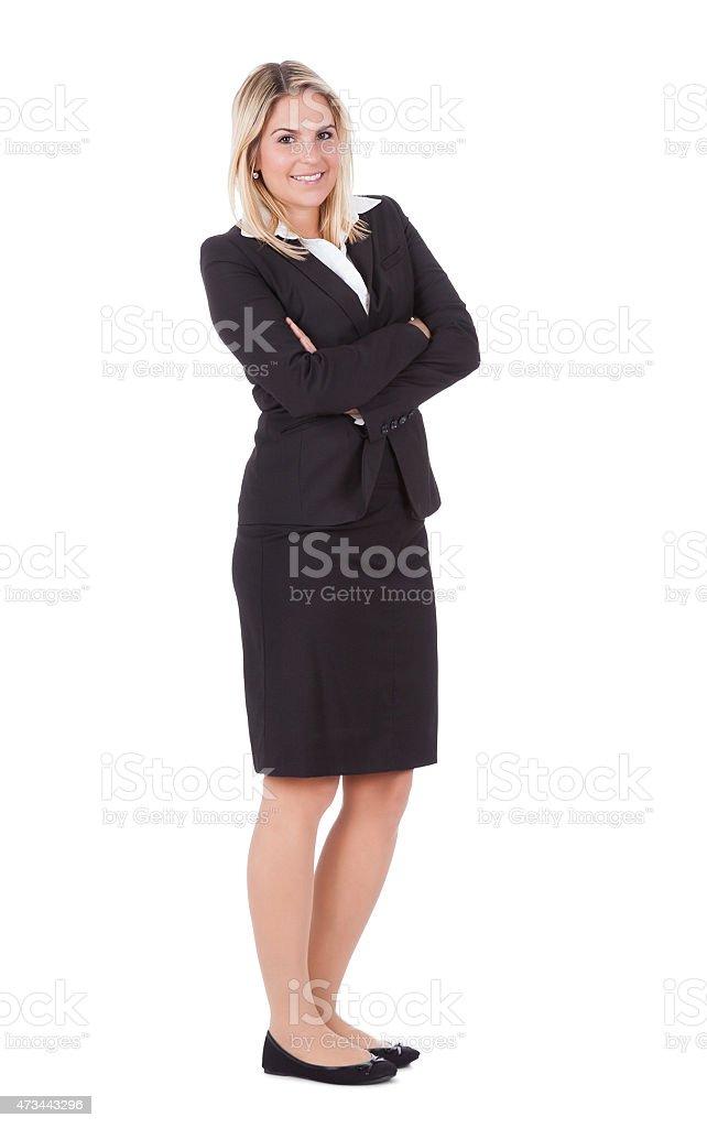 Retrato de bella empresaria de pie brazos cruzados - foto de stock