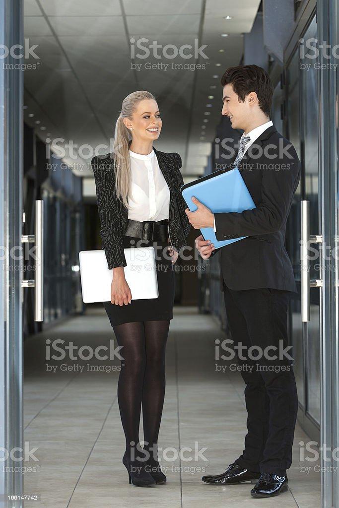 Portrait d'affaires couple avec ordinateur portable et fichiers photo libre de droits