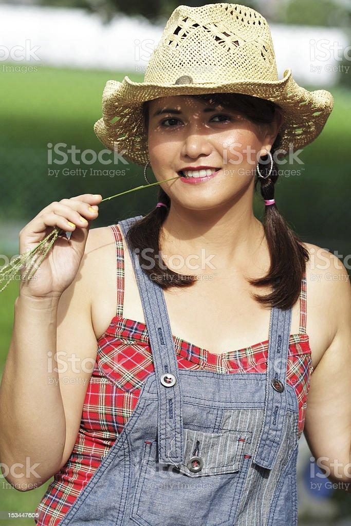 Porträt eines Landes Mädchen mit Gras im Mund bei Sonnenaufgang Lizenzfreies stock-foto